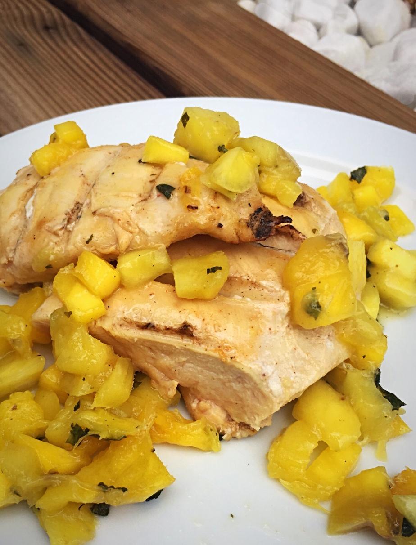 Filetes de pollo a la bbq con ensalada de mango